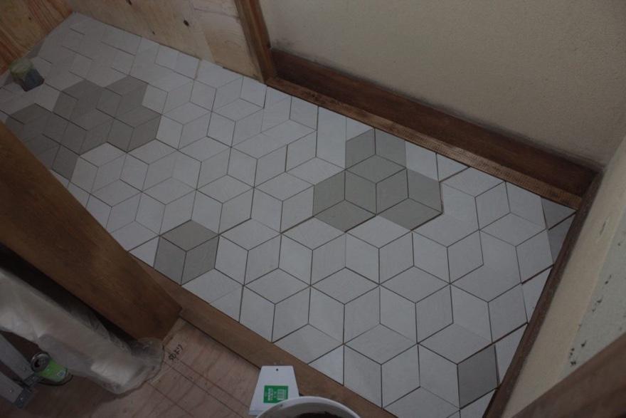 トイレの床にタイルをはる