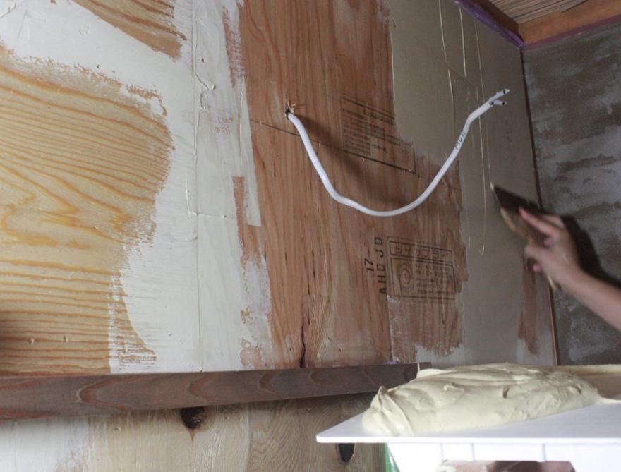 合板の隙間にパテを埋める