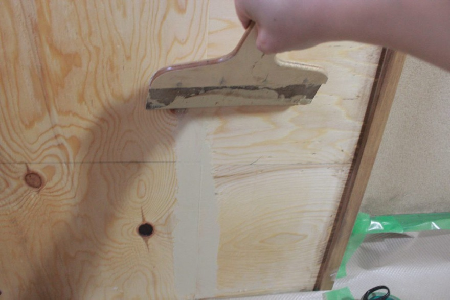 合板の隙間をパテで埋める