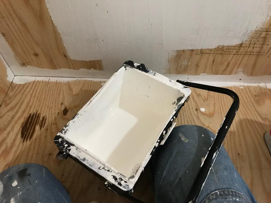 合板にペンキを塗る