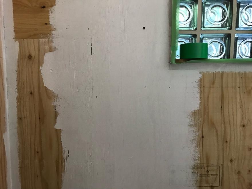 ランドリールームにペンキを塗る