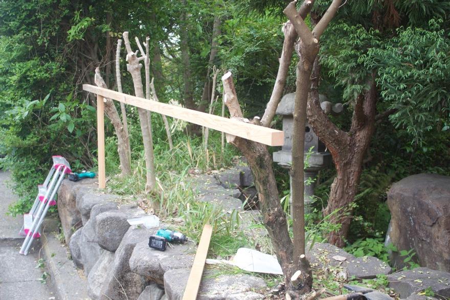 生木を使ってフェンスを立てる