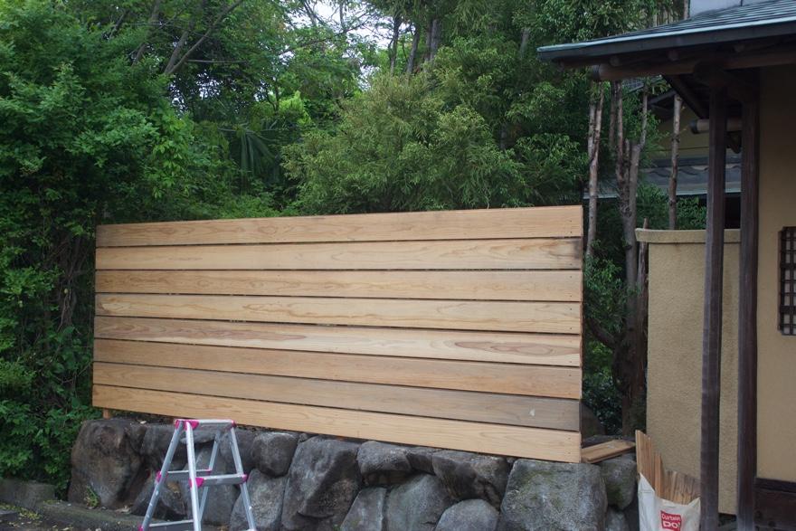 DIYで庭にフェンスを立てる