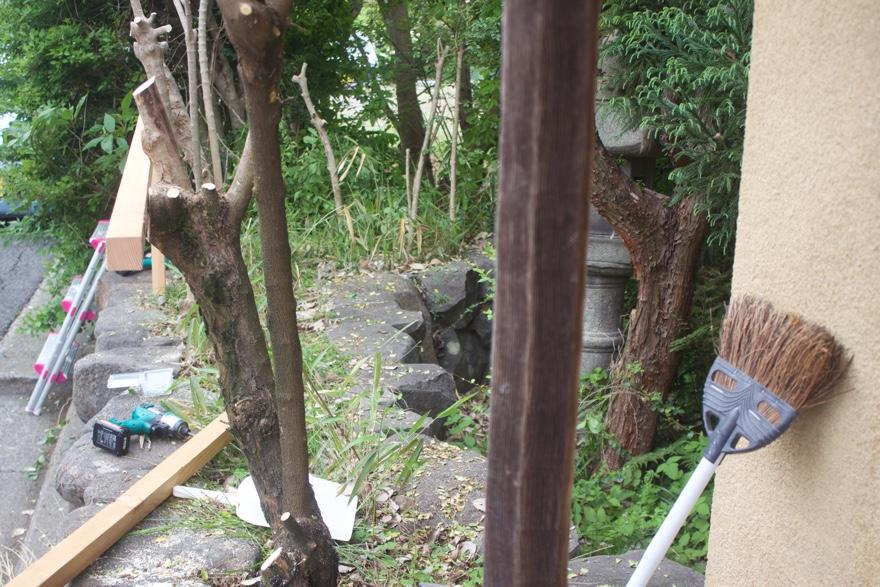 DIYで生木を支柱にフェンスを立てる