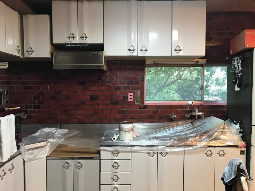 古いキッチンのタイルにペンキを塗る